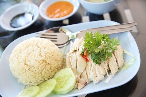 Bord met rijst en kip