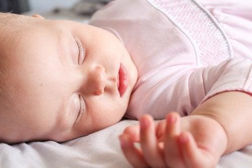 Baby in roze slaapt
