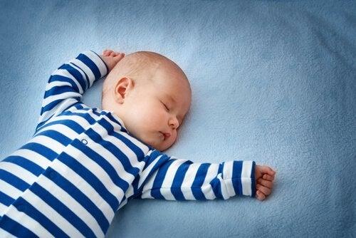 Slapende baby in blauw wit gestreept pak