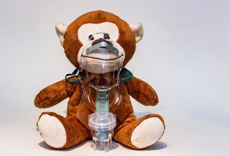 Speelgoedbeer met zuurstofmasker