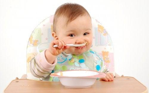 Het spelen met eten stimuleert de cognitieve ontwikkeling van het kind