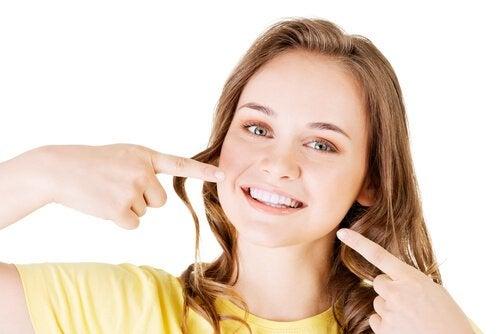 Jonge vrouw met stralende glimlach