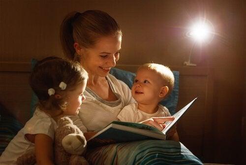 Moeder leest haar kinderen voor
