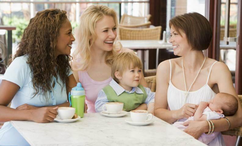 Moeder met baby en haar vriendinnen