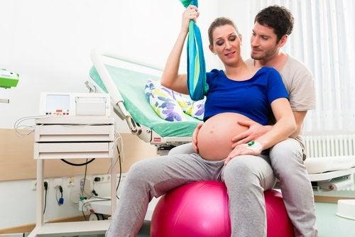 Een van de beste houdingen om te bevallen is zittend rechtop