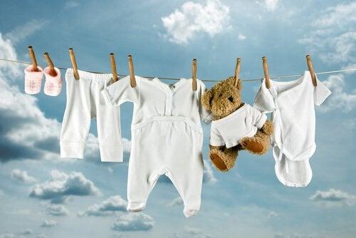 Waslijn met babykleding en beertje