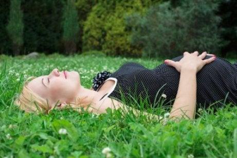 Zwangere vrouw doet dutje in het gras