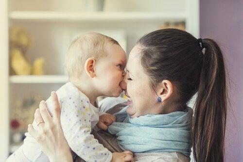 Kinderen bijten: mama en baby