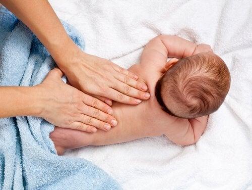 12 voordelen van babymassage