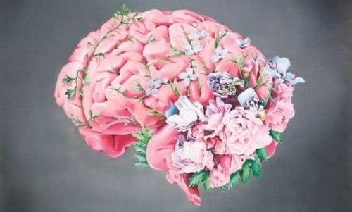 De hersenen van een moeder: een roze brein met bloemen