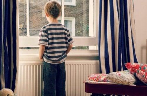 Jongetje alleen voor het raam
