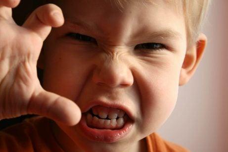 Gevoelens van frustratie: boos jongetje