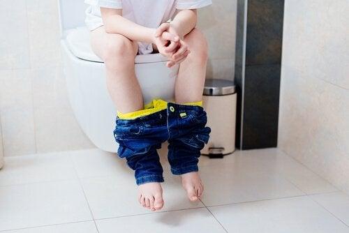 Encoprese bij kinderen: kind op het toilet