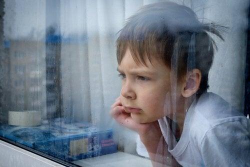 Gevoelens van frustratie: jongen staart uit raam