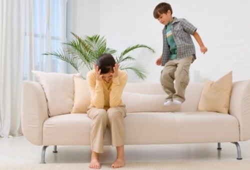 Redenen waarom slecht gedrag in het bijzijn van de ouders vaak voorkomt