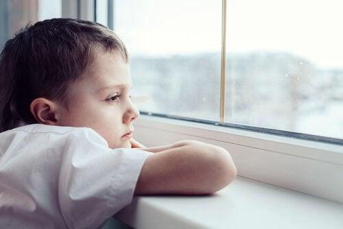 Als kinderen niet spelen maar uit het raam staren