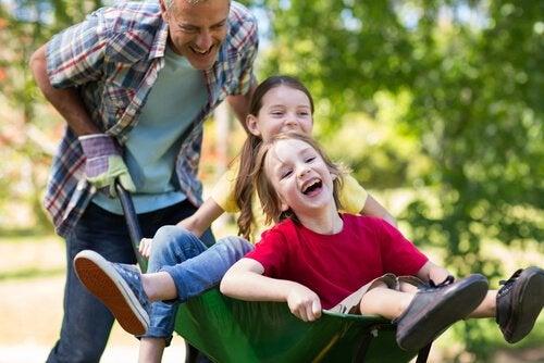 Hyperactieve kinderen in een kruiwagen