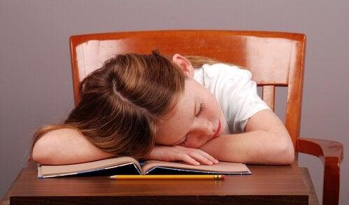 Waarom krijgen kinderen die laat gaan slapen vaker last van aandoeningen