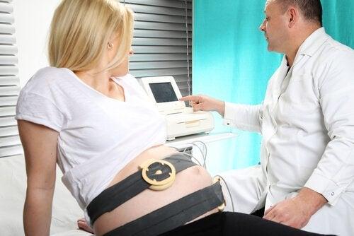 7 tips om over de angst voor de bevalling heen te komen zoals over pijnbestrijding praten