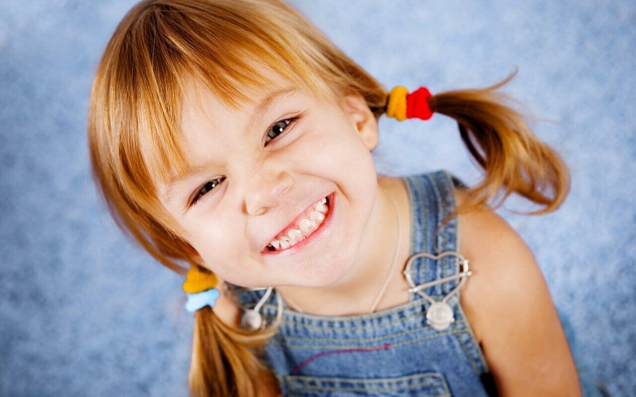 Griekse meisjesnamen: lachend meisje