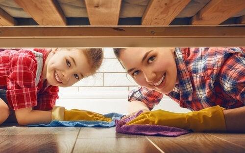 Hoe kun je kinderen leren om te helpen in het huishouden