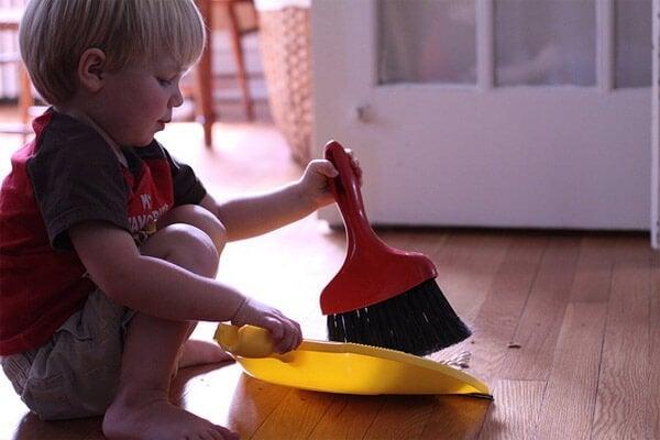 Hoe leer je je kinderen om te helpen in het huishouden