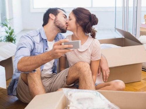 Man en vrouw gelukkig poserend