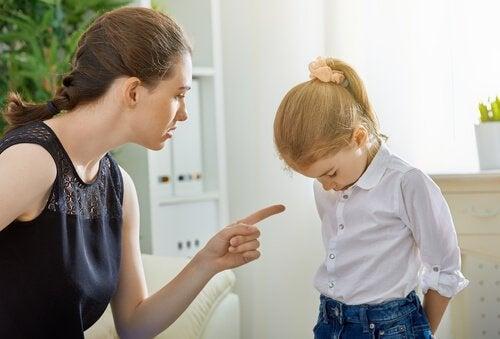 Een moeder straft haar dochter