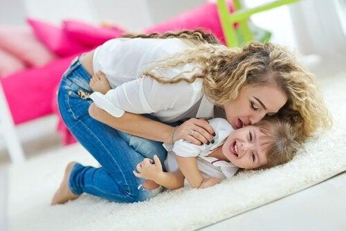 Gelukkige kinderen opvoeden: mama en zoon