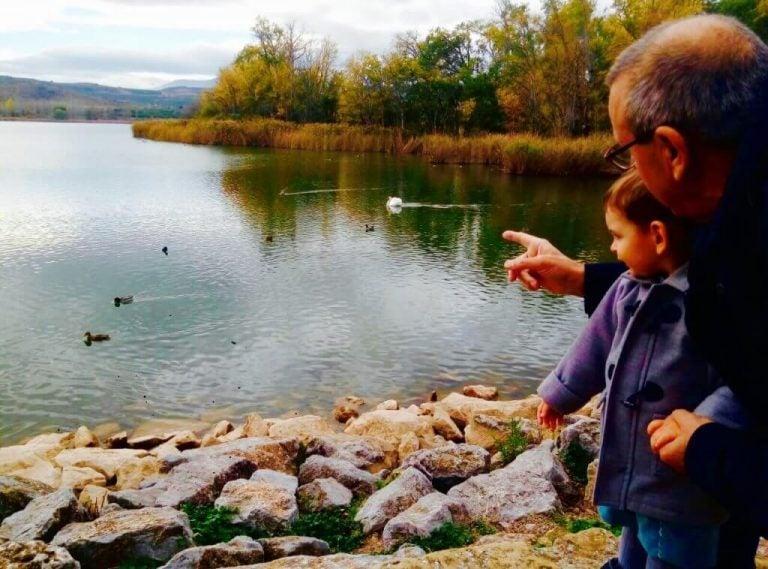 Opa en kleinzoon bij het water