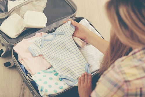 Rompertje bovenop kleding in een koffer