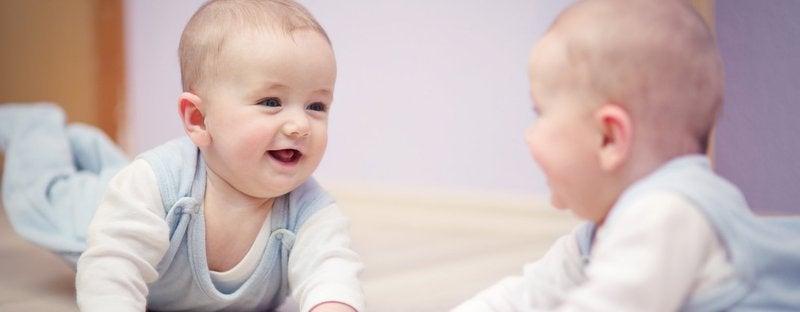 6 voordelen van met je baby voor een spiegel spelen
