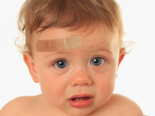 Wat te doen als mijn kind zijn hoofd hard stoot
