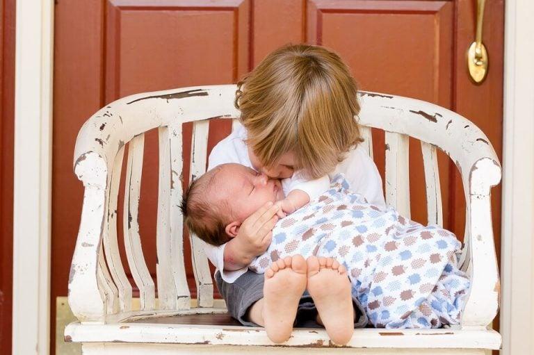 Een blije en realistische aankondiging over een nieuwe baby