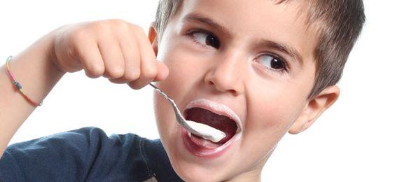Probiotica: jongetje eet yoghurt