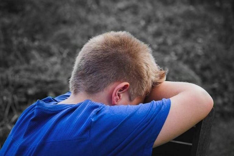 Leer je kind om te gaan met plagen: huilende jongen