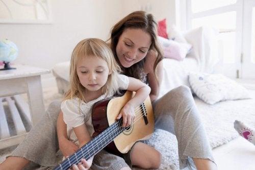 Een kind heeft talent voor gitaarspelen