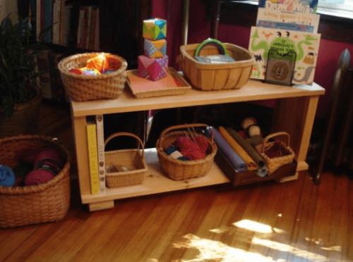 Het inrichten van het klaslokaal volgens de methode van Montessori door bijvoorbeeld kleinere meubels