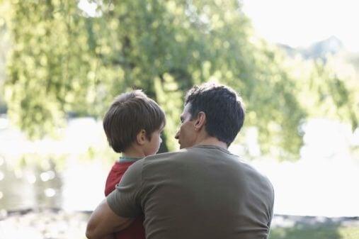 Vader en zoon praten met elkaar