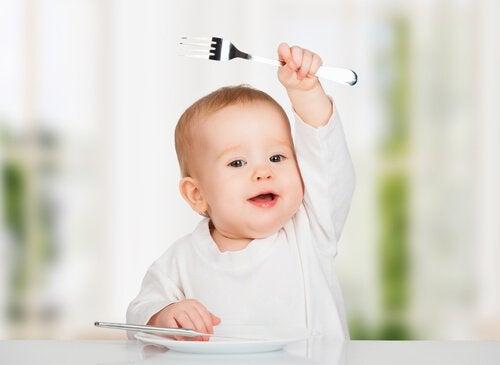 Bied eten aan dat ze met hun handen kunnen eten om je kind zelfstandig te leren eten