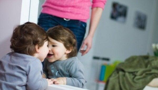 Met je baby voor een spiegel spelen helpt je baby om zijn omgeving te ontdekken