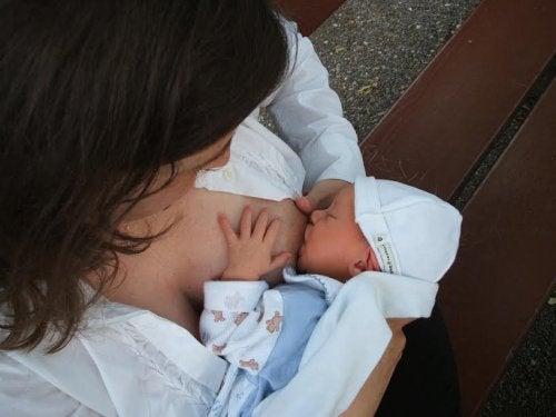 Handleiding voor de basiszorg van je pasgeboren baby wat betreft de borstvoeding