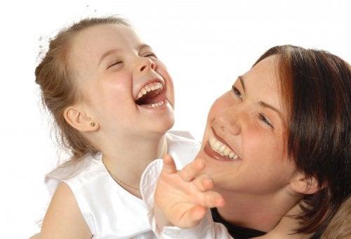 Een gevoel voor humor ontwikkelen bij kinderen