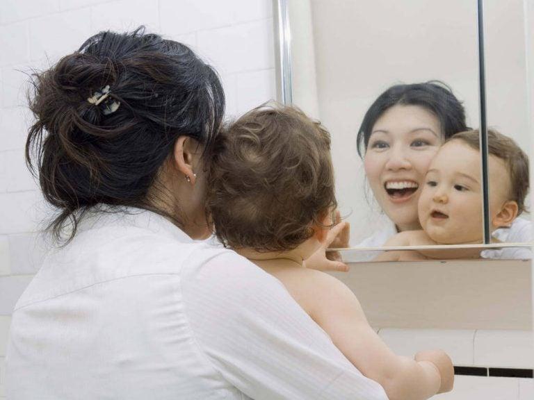 De voordelen van voor een spiegel spelen met je baby