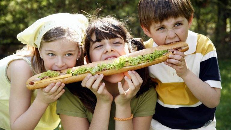 Kinderen delen een stokbrood
