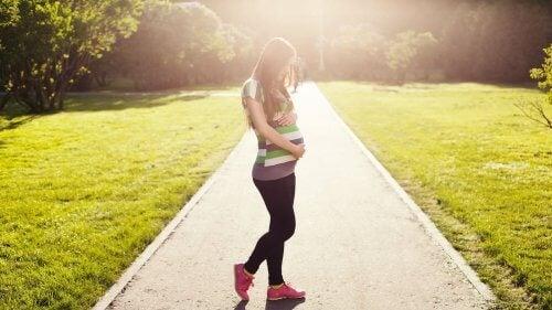 Zwangere vrouw houdt haar buik vast
