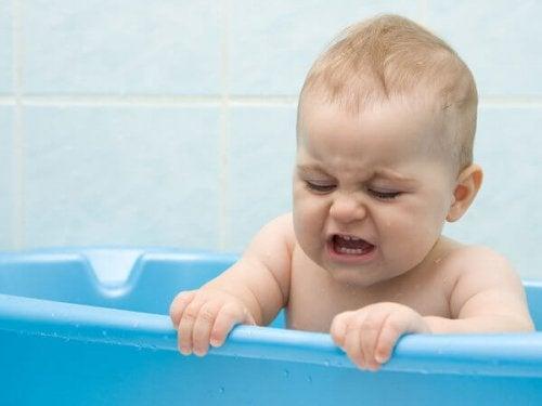 Hoe vaak moet een baby gebadderd worden en tips voor het badderen