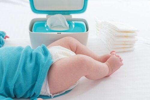 7 Fouten die we maken bij het omdoen van een luier zoals bijvoorbeeld het niet goed schoonmaken van de geslachtsdelen van de baby