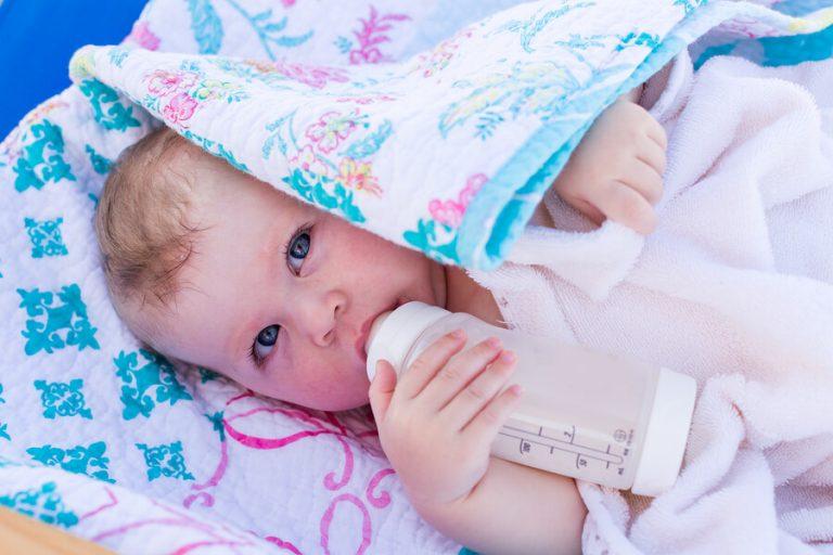 Baby met een gebloemde deken
