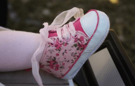 Wanneer mogen baby sneakers dragen en wanneer laat je ze blootvoets lopen